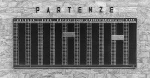 """45. Partenze - René Schädler - Als Erinnerung an die langsame Zeit, steht eine wunderschöne analoge Zeitentafel für die ehemaligen Regionalzüge im Bahnhof in Florenz. Wie schön war es damals, als die """"Langsamzüge* einem die Landschaft noch ins Abteil lenkte. Inzwischen wurden die Fenster durch die Smartphonedisplays ausgetauscht."""